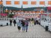 Uczestnicy wyjazdu spacerujący na molo w Sopocie