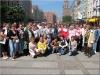 Zdjęcie grupowe uczestników wyjazdu na tle odnowionych kamienic
