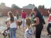 Zabawa dzieci ze zwierzętami w parku safari w Borysowie