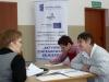 Dwie uczestniczki projektu Aktywni lokalnie podczas rozmowy rekrutacyjnej z pracownikiem MOPS-Żnin wypełniają formularze kwalifikacyjne
