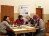 Kolejne dwie uczestniczki projektu Aktywni lokalnie podczas romowy kwalifikacyjnej wypełniają dokumenty rekrutacyjne podczas rozmowy rekrutacyjnej z pracownikami MOPS-Żnin