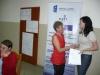 Uczestniczka warsztatów otrzymuje certyfikat