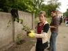 Dwie uczetniczki Programu Aktywności Lokalnej przygotowują się do sadzenia sadzonek