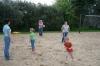 Zabawa z dziećmi na boisku do gry w siatkówkę plażową