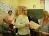 Wręczenie certyfikatów, jeden z uczestników kursu otrzymuje Certyfikat