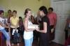 Wręczanie certyfikatów uczestnikom warsztatów, kolejna uczestniczka otrzymuje Certyfikat
