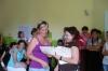 Wręczanie certyfikatów uczestnikom warsztatow, na pierwszym planie jedna z uczestniczek warsztatów otrzymuje Certyfikat