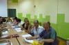 Uczestnicy Warsztatów aktywnego poszukiwania pracy siedzą przy stole w trakcie zajęć