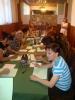 Uczestnicy projektu Aktywni, zintegrowani, silniejsi siedzą przy stole wypełniając dostarczone materialy szkoleniowe