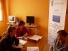Uczestniczka projektu Aktywni, zintegrowani, silniejsi w trakcie rozmowy rekrutacyjnej z pracownikami MOPS-Żnin