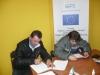 Dwóch kandydatów wypisuje dokumenty rekrutacyjne